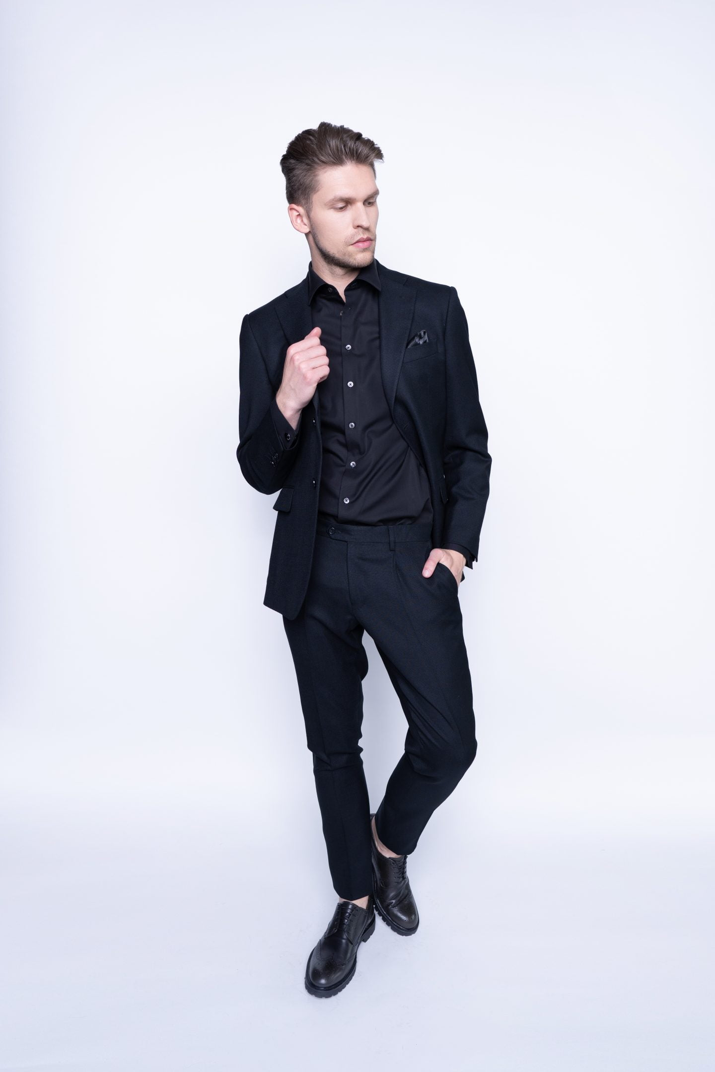 Modernus juodas kostiumas