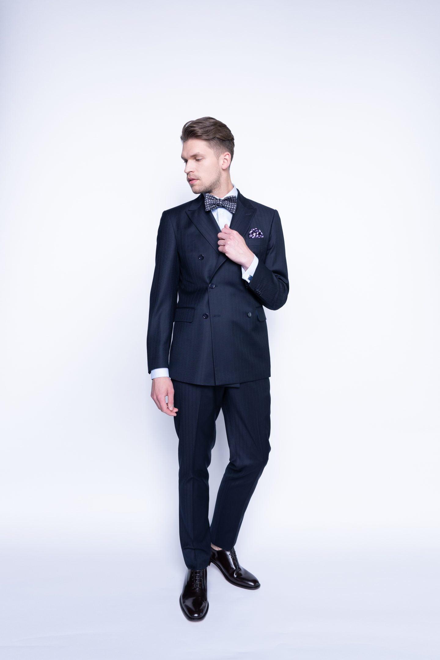tamsiai mėlynas dvieilis kostiumas