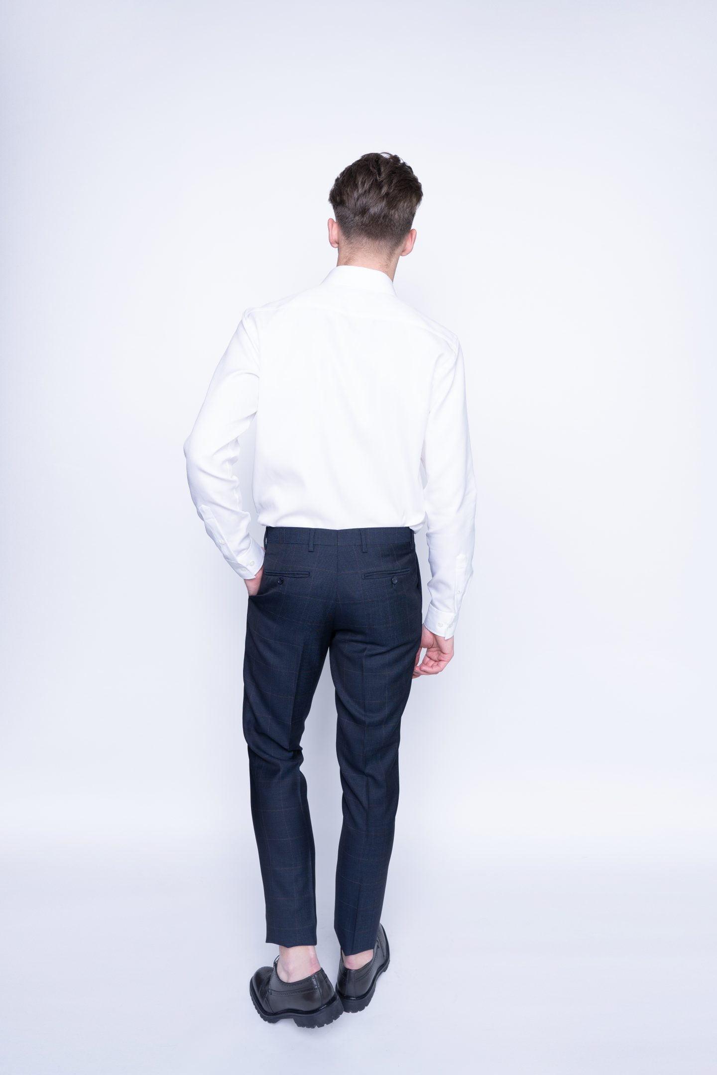 pilkos languotos kelnės